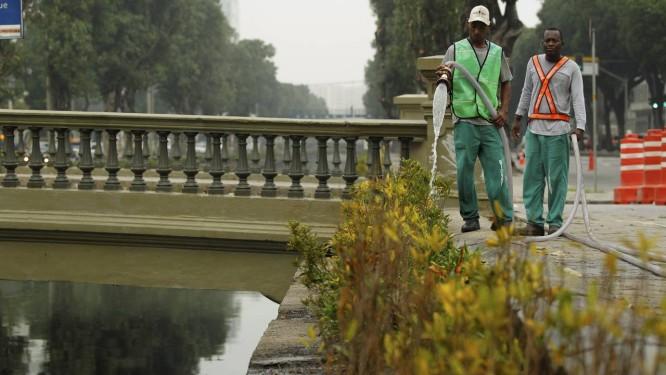O canteiro que está sendo plantado às margens do Canal do Mangue Foto: Gabriel de Paiva / Agência O Globo