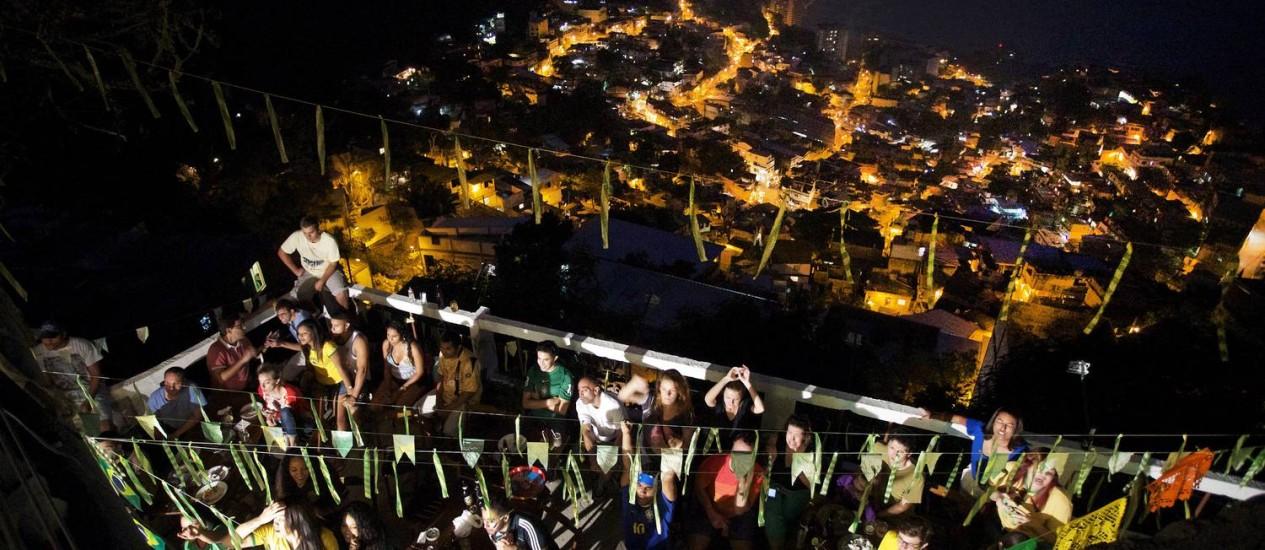 Torcedores participam de festa em pousada da comunidade Foto: Antonio Scorza / Agência O Globo