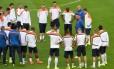 O técnico holandês, Louis van Gaal conversa com os jogadores no Beira-Rio