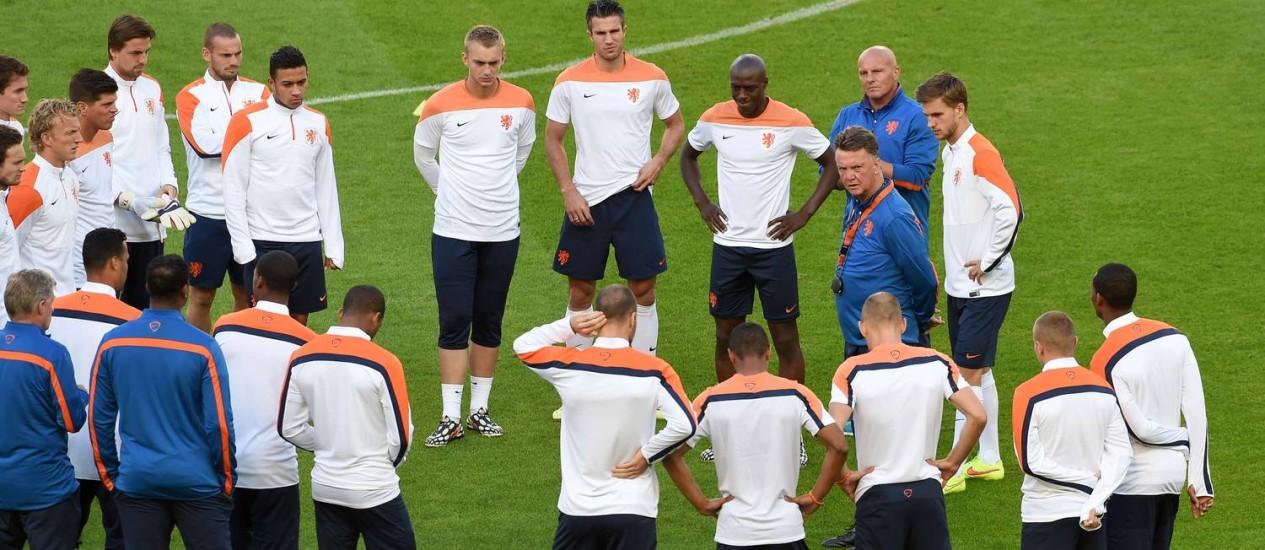 O técnico holandês, Louis van Gaal conversa com os jogadores no Beira-Rio Foto: WILLIAM WEST / AFP