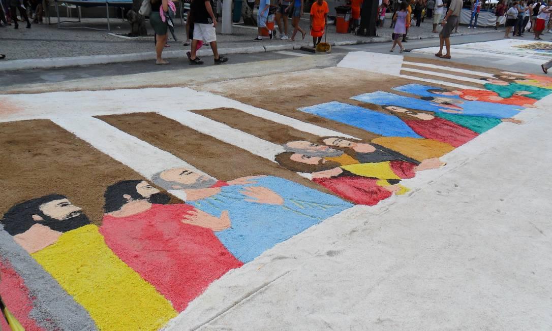 Tapetes de sal colorem feriado de Corpus Christi. Na foto, a Praça Porto Rocha, em Cabo Frio Foto: / Eliethon Dias