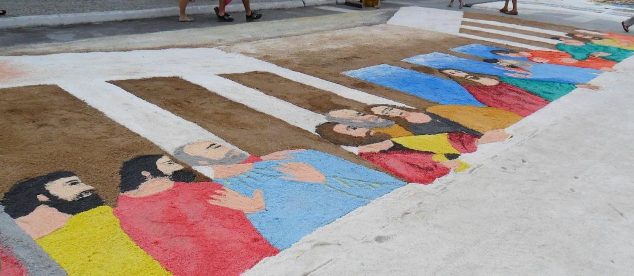 Tapetes de sal colorem feriado de Corpus Christi. Na foto, a Praça Porto Rocha, em Cabo Frio Foto: Eliethon Dias