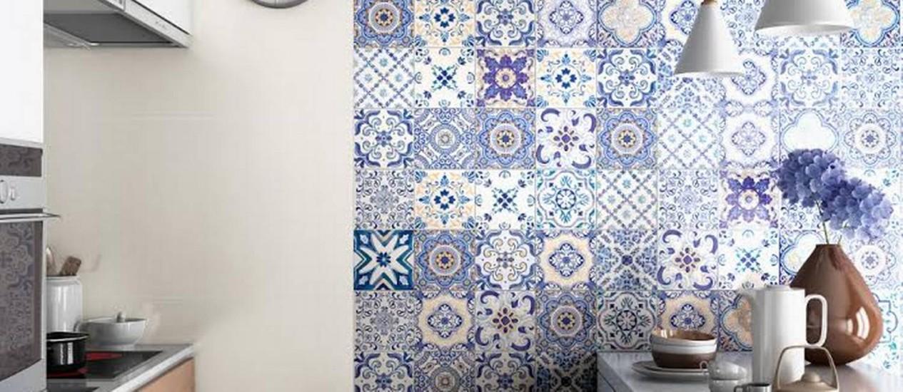 Porcelanato de azulejo português em azul e branco, e também com toques de amarelo Foto: Divulgação