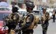 Forças especiais iraquianas vigiam um bairro no oeste de Bagdá