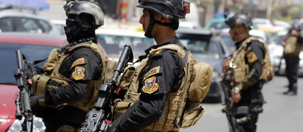 Forças especiais iraquianas vigiam um bairro no oeste de Bagdá Foto: SABAH ARAR / AFP