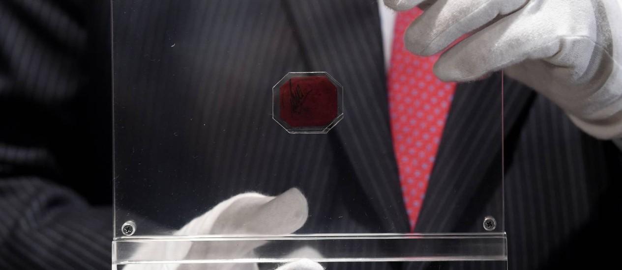 O minúsculo selo octogonal vendido nos EUA Foto: STAN HONDA / AFP