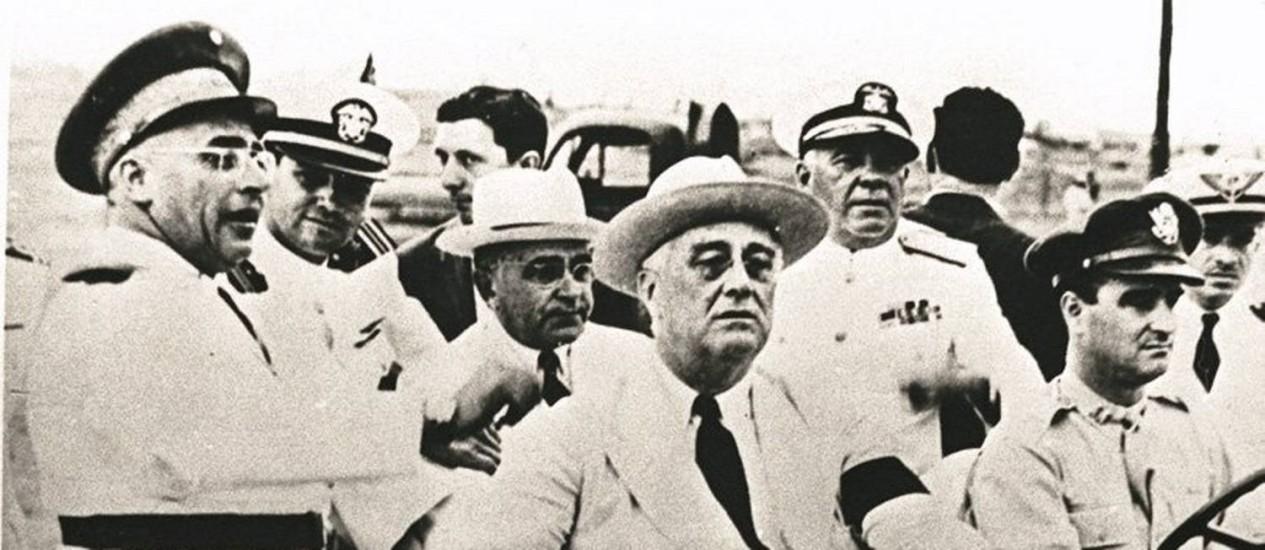 Em 1943. Roosevelt (na frente do jipe) e Vargas (no banco de trás) visitam a base de Natal Foto: Arquivo