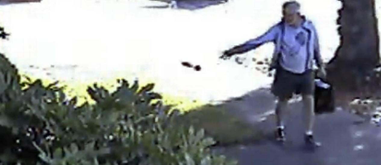 Dennis Kneier foi flagrado jogando um saco com fezes do cachorro na calçada de um vizinho Foto: Philip Lao / AP