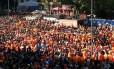 'Mar laranja' toma as ruas do centro de Porto Alegre antes de Holanda x Austrália