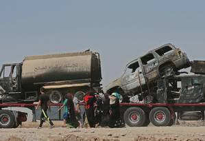 Deslocados iraquianos, que fugiram de violência nas cidades do norte, dirigem-se a al-Hamdaniyah, 76 quilômetros da capital da região autônoma curda Arbil Foto: KARIM SAHIB / AFP