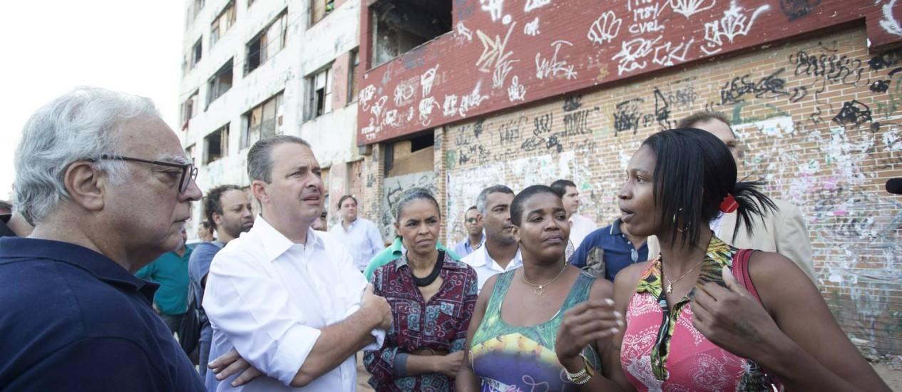 Os pré-candidatos da coligação socialista conversam com moradores da Mangueira Foto: Antonio Scorza
