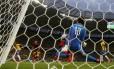 Ochoa defende chute de Neymar
