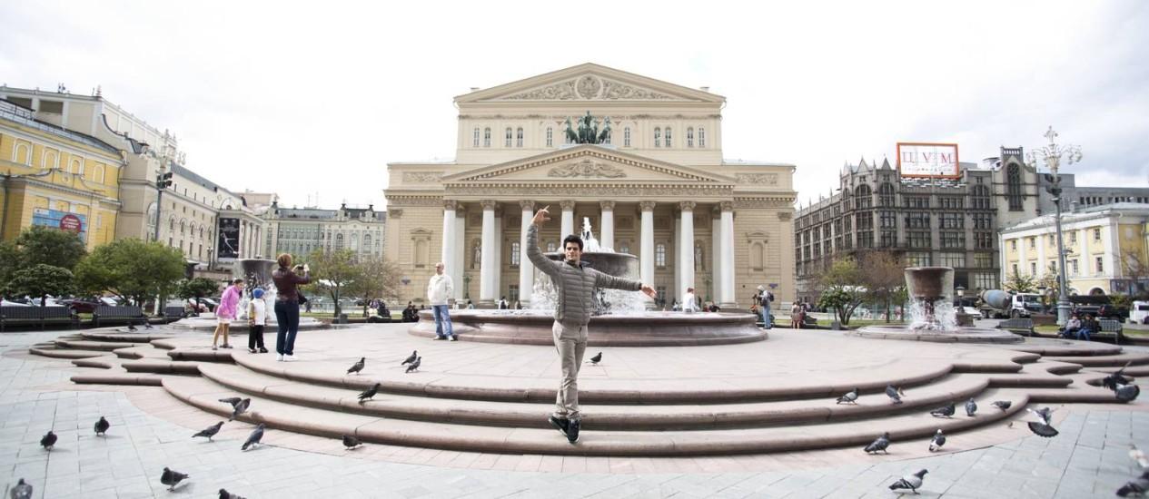 O bailarino brasileiro Thiago Soares em frente ao Teatro Bolshoi, em Moscou Foto: Andrej Uspenski/Divulgação
