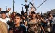Xiitas iraquianos levantam suas armas demonstrando sua união às forças de segurança na luta contra jihadistas sunitas