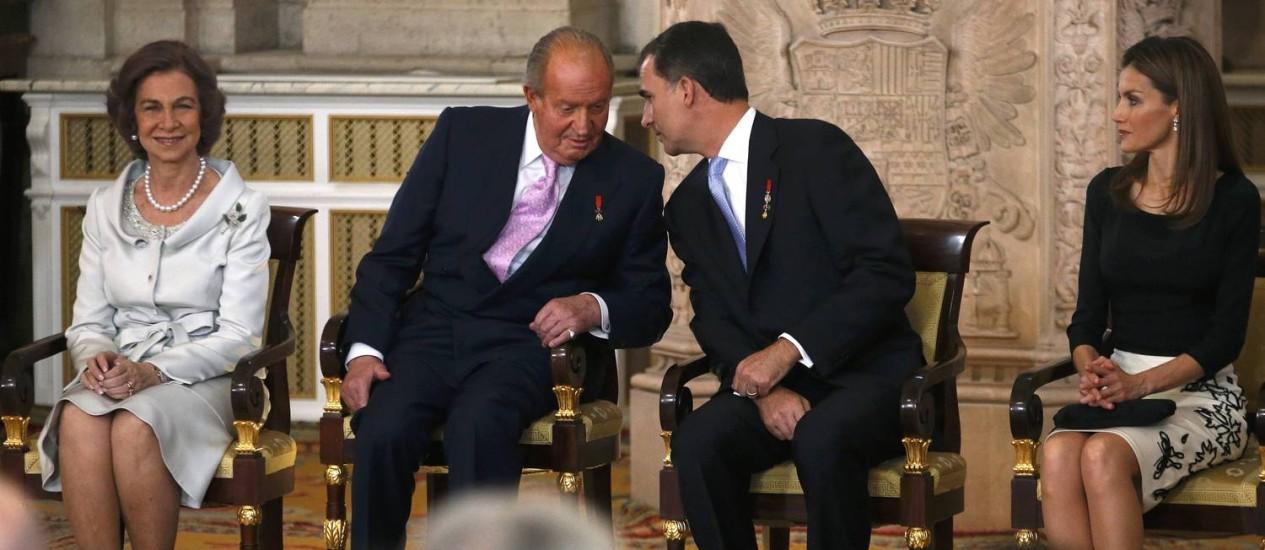 Juan Carlos conversa com Felipe enquanto espera para assinar o ato da abdicação Foto: JUAN MEDINA / REUTERS