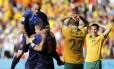Enquanto os holandeses comemoram, Alex Wilkinson e Ryan McGowan levam as mãos à cabeça após o gol que deu a vitória à Holanda no Beira-Rio: 3 a 2