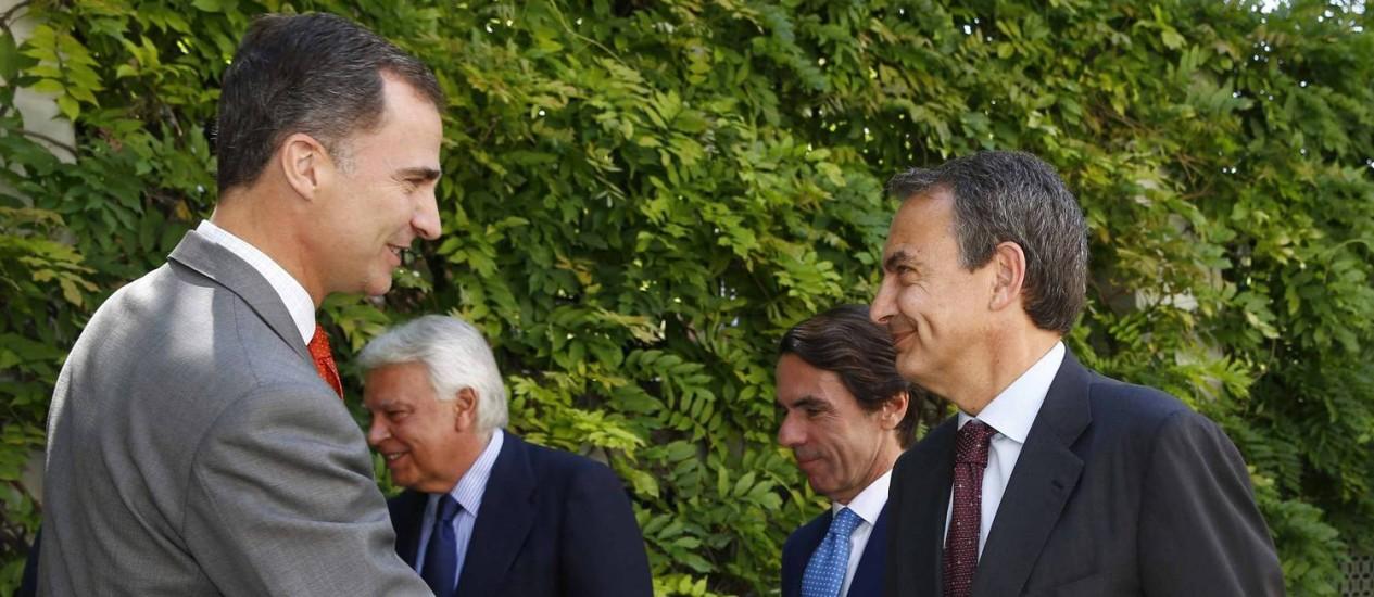 Felipe VI cumprimenta o ministro Jose Luis Rodriguez Zapatero em reunião no Instituto Elcano Foto: POOL / REUTERS