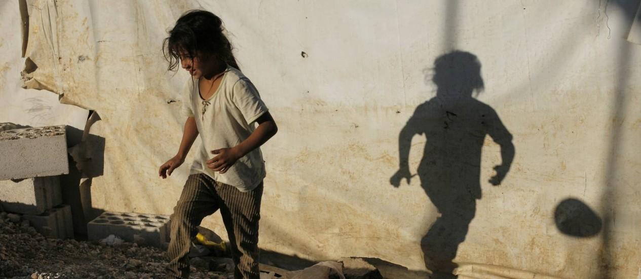 Imagem divulgada pela Caritas Internationalis mostra menina brincando com uma bola em um campo de refugiados sírios na aldeia libanesa de Zahle, no vale de Bekaa Foto: MATTHIEU ALEXANDRE / AFP