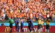 Jogadores da Holanda comemora o terceiro gol da seleção, o da vitória sobre a Austrália