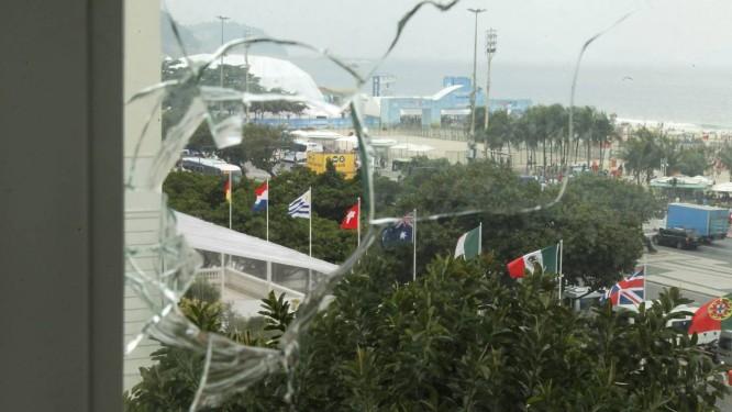 Vidraça do apartamento atingido fica de frente para o Fifa Fan Fest, mas bala foi encontrada antes do início da Copa Foto: Gabriel de Paiva / Agência O Globo