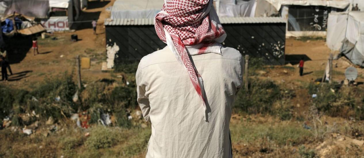Homem observa campo de refugiados sírios em Zahle, no Líbano: pesquisa revela aumento no número de pessoas que deixam suas casas devido a conflitos Foto: MATTHIEU ALEXANDRE / AFP