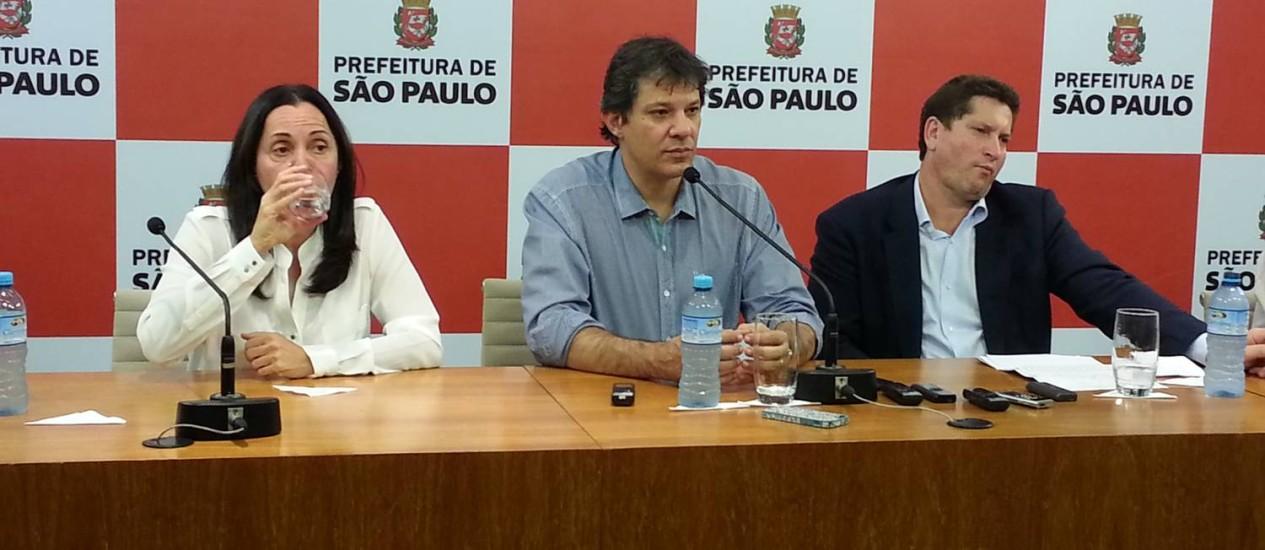 Prefeito Fernando Haddad (centro) pretende sancionar ainda nesta quarta-feira lei que dá autonomia ao Executivo para decretar feriados durante a Copa Foto: Leonardo Guandeline / Agência O Globo
