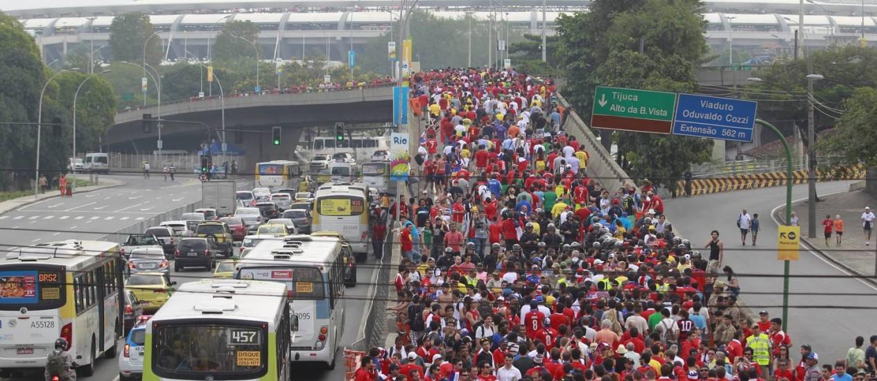 Torcedores se dirigindo ao Maracanã para o jogo do Chile contra a Espanha Foto: Domingos Peixoto / Agência O Globo