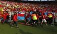 Torcedores chilenos invadem o campo antes da partida entre Chile x Espanha