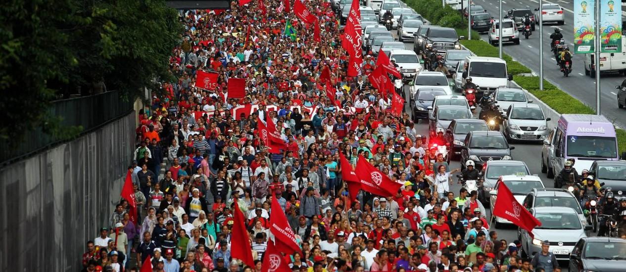 Protesto do MTST fecha parte de Avenida 23 de Maio em São Paulo para pressionar vereadores a aprovar mudanças em lei de zoneamento em áreas de ocupações Foto: Fernando Donasci / Agência O Globo