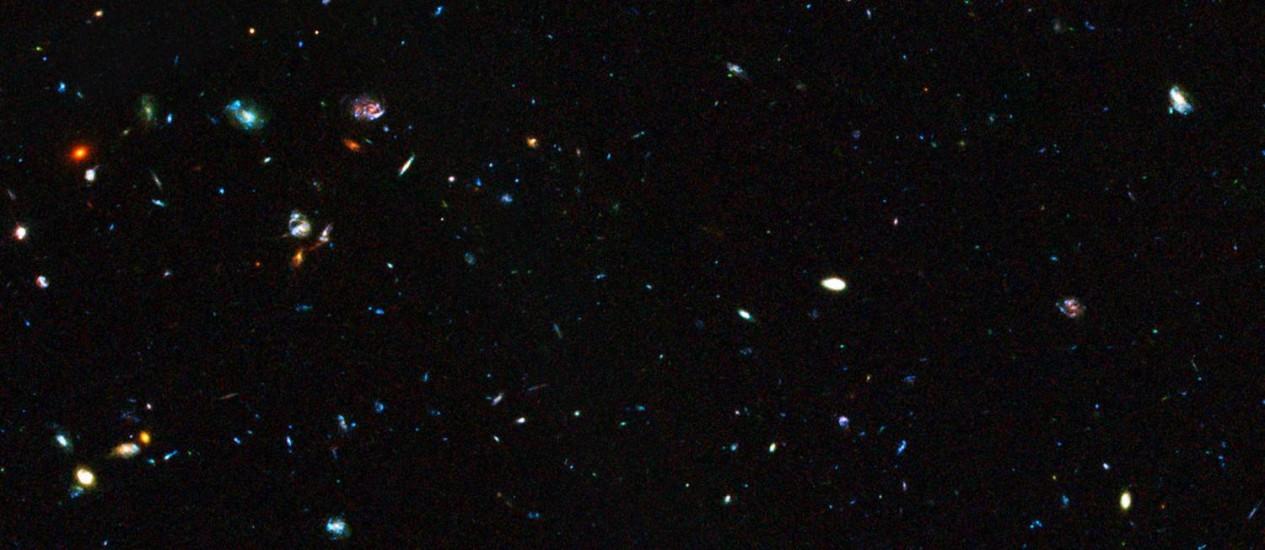 Imagem do telescópio espacial Hubble mostra região do Universo distante onde estão algumas das galáxias-anãs com alta taxa de formação de estrelas que são tema do estudo Foto: Nasa/ESA