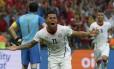 Eduardo Vargas celebra seu gol, o primeiro da vitória de 2 a 0 do Chile sobre a Espanha no Maracanã. Seleção conseguiu a classificação e eliminou os atuais campeões do torneio