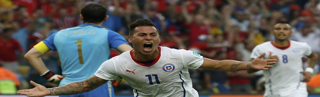 Eduardo Vargas celebra seu gol, o primeiro da vitória de 2 a 0 do Chile sobre a Espanha no Maracanã. Seleção conseguiu a classificação e eliminou os atuais campeões do torneio Foto: JORGE SILVA / REUTERS