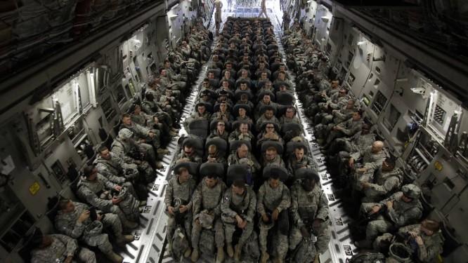 Avião americano leva tropas de Bagdá de volta para os EUA, em 2010 Foto: AP-30-11-2010