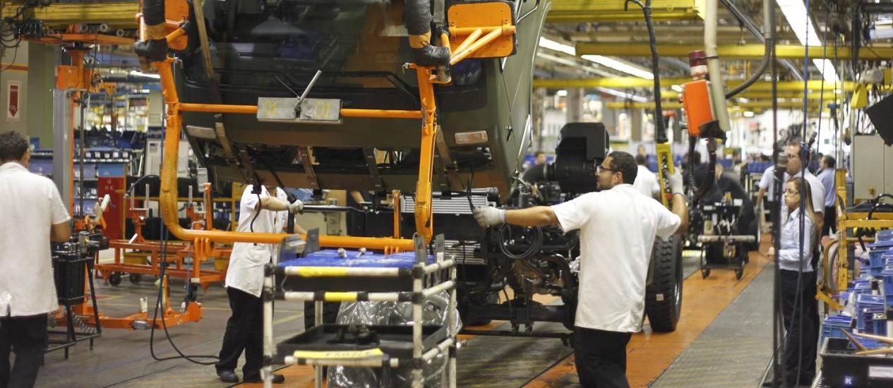 Linha de montagem de indústria automobilística Foto: Pedro Kirilos / Agência O Globo