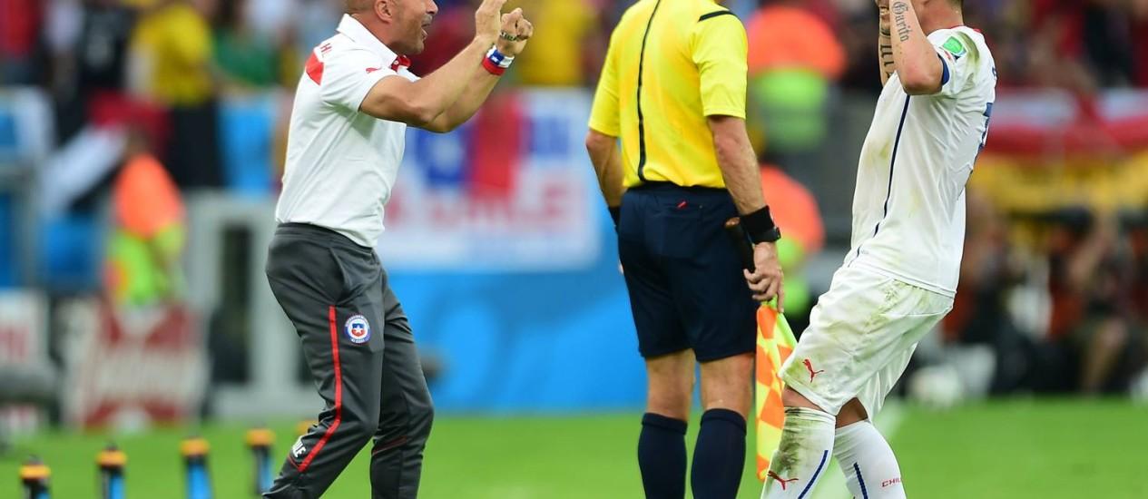 Sampaoli celebra com Vargas o primeiro gol do Chile: muita comemoração, mas mantendo o foco Foto: MARTIN BERNETTI / AFP