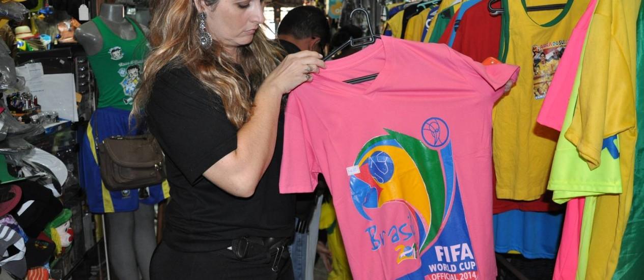 Camiseta com logomarca da Fifa foi apreendida em shopping popular em Cuiabá Foto: Divulgação/ Polícia Judiciária Civil do MT