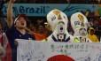 Torcedores japoneses fazem a festa na partida de estreia do Japão na Copa na Arena Pernambuco