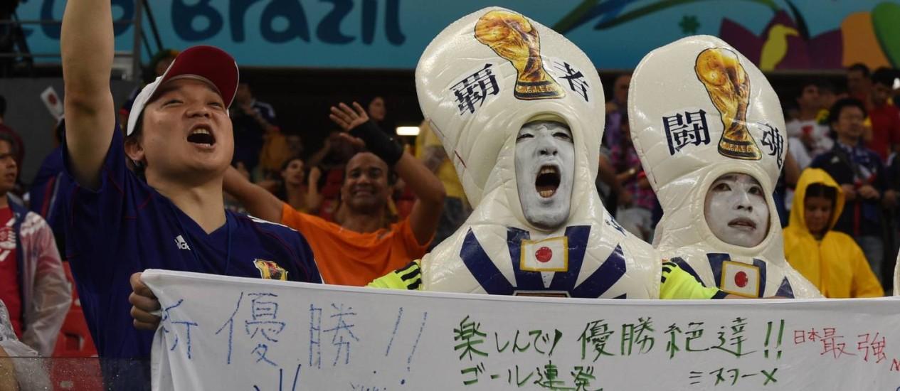 Torcedores japoneses fazem a festa na partida de estreia do Japão na Copa na Arena Pernambuco Foto: JAVIER SORIANO / AFP