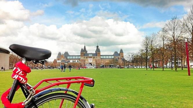 Em Amsterdã, o Rijksmuseum, na Praça dos Museus, é cercado por ciclovias Foto: Foto de Fernanda Dutra