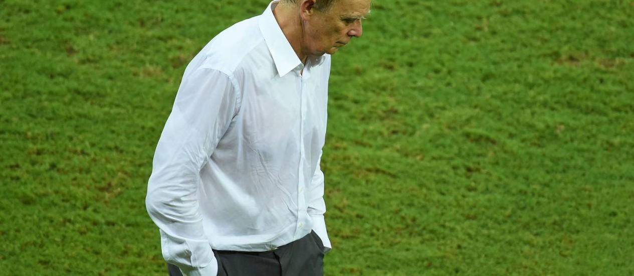 A desolação do alemão Volker Finke, técnico da seleção camaronesa Foto: EMMANUEL DUNAND / AFP