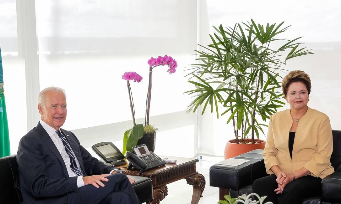 Joe Biden em encontro com a presidente Dilma na última terça-feira, em Brasília: vice-presidente americano trouxe uma primeira seleção de papéis sigilosos para a presidente Foto: Arquivo / Roberto Stuckert Filho/AP
