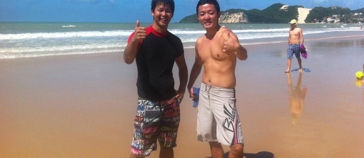 Tem japonês na praia. Yusuke Fukushima e Junichi Goto passeiam junto ao mar em Natal Foto: Carolina Brígido