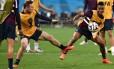 Rooney disputa a bola com Raheem Sterling no treino inglês