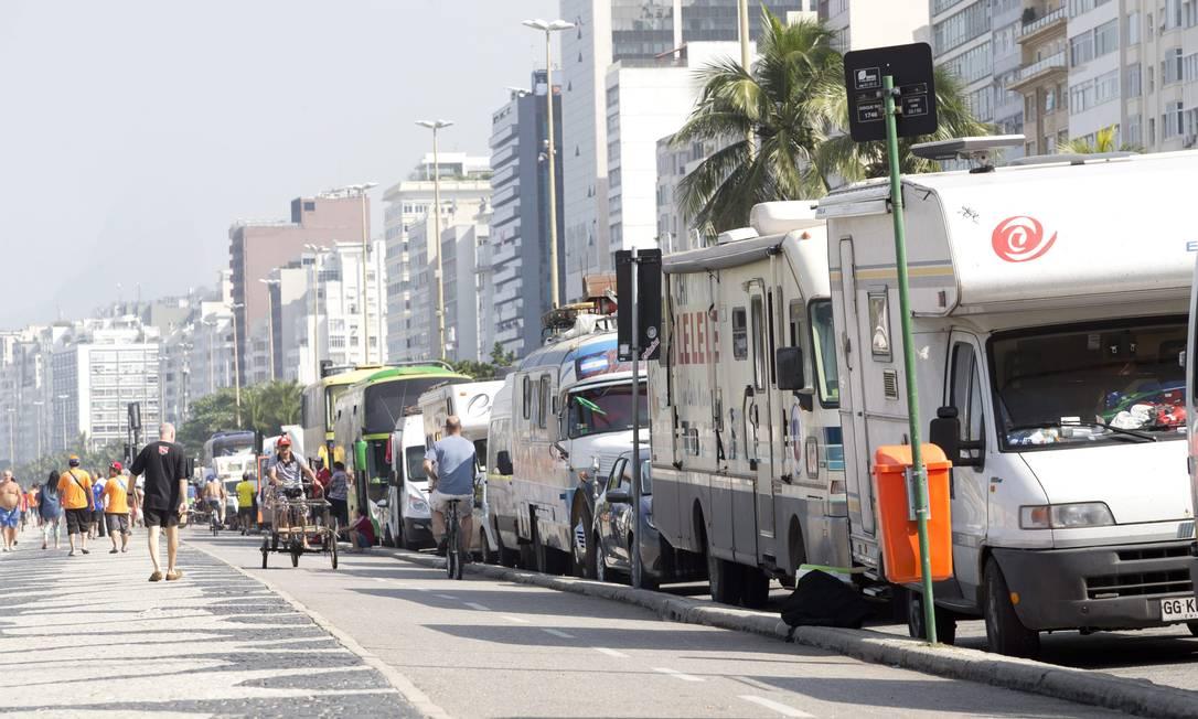 Veículos estrangeiros estacionados no Leme, onde é proibida a parada de qualquer carro com mais de duas toneladas: 244 foram multados Foto: Márcia Foletto / Agência O Globo