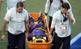 Bruno Martins Indi é levado desacordado para hospital após sofrer falta de Tim Cahill