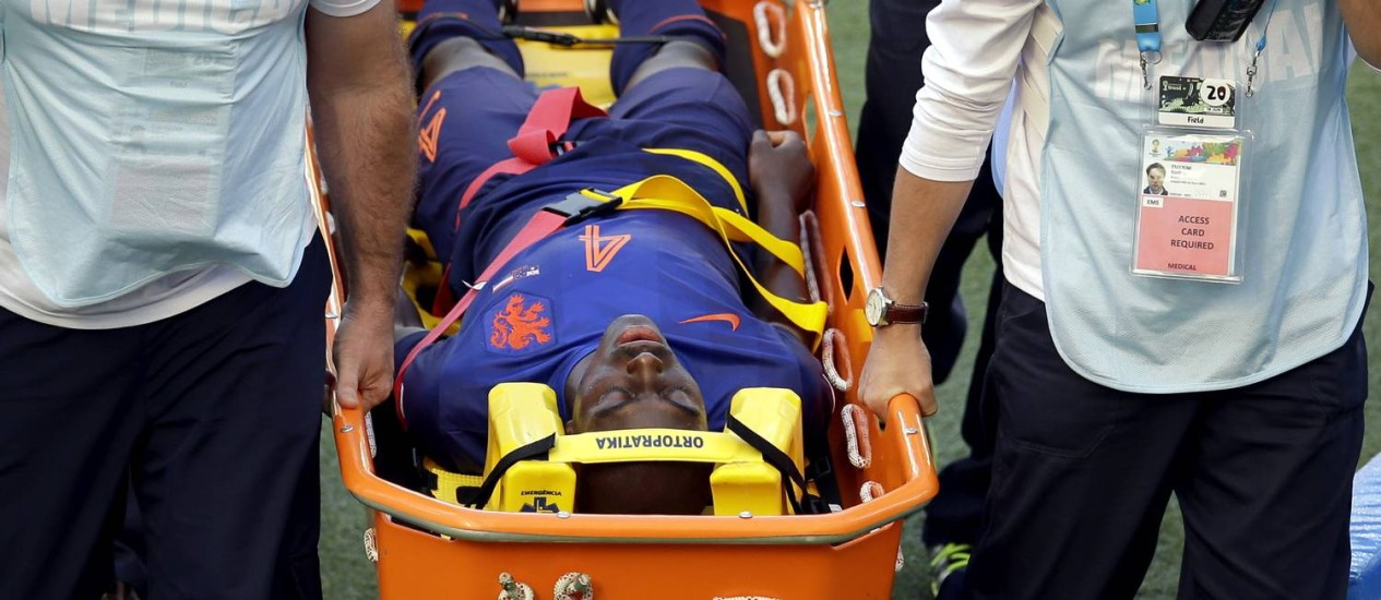 Bruno Martins Indi é levado desacordado para hospital após sofrer falta de Tim Cahill Foto: AP