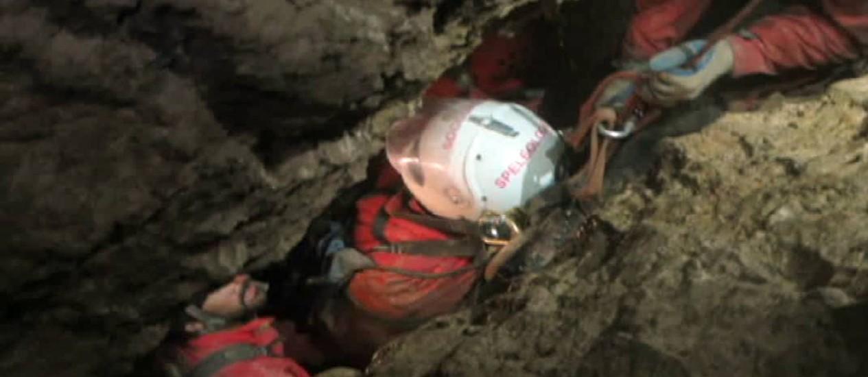 Pesquisador teve ferimentos na cabeça e foi resgatado com maca que percorreu trajeto vertical estreito Foto: AP