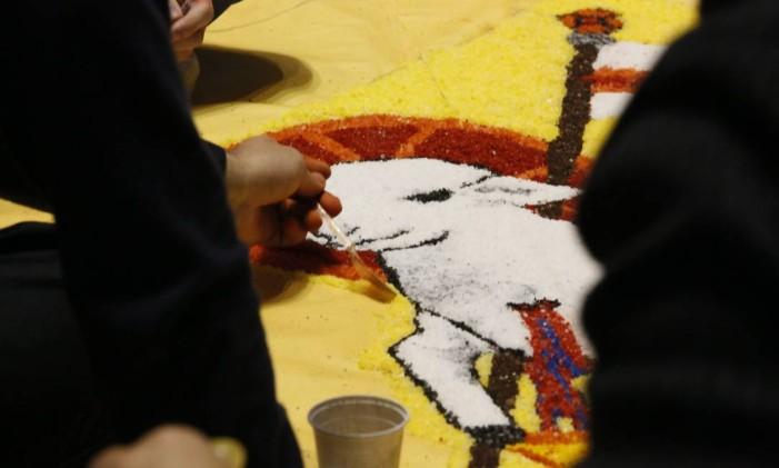 Símbolos católicos são usados na decoração Foto: Marcos Tristão / Agência O Globo