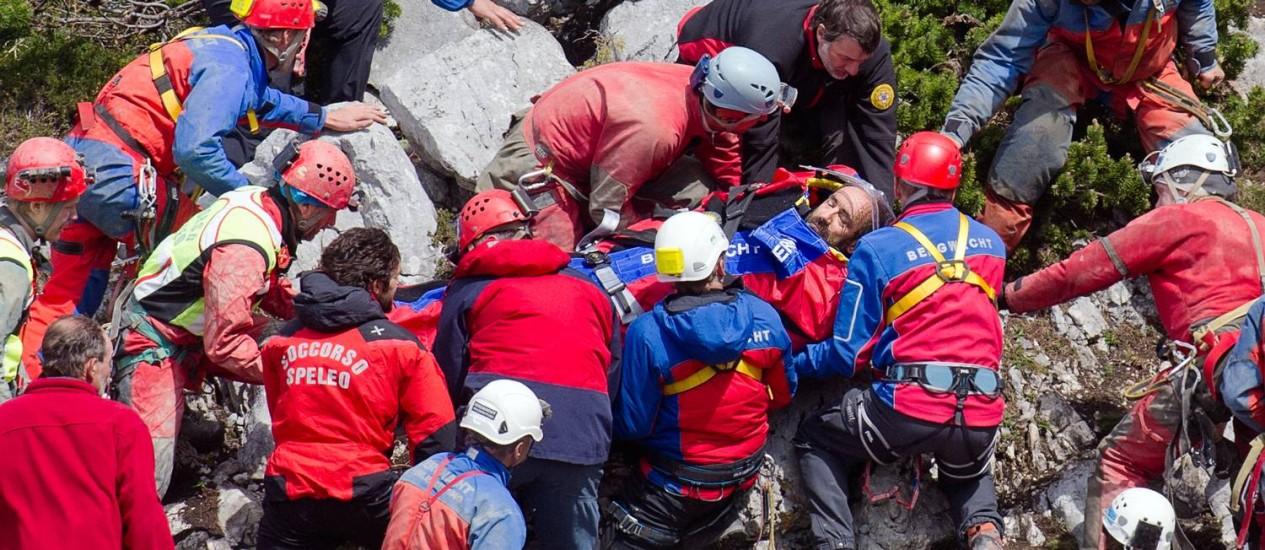 Equipes de resgate transportam Johann Westhauser para helicóptero Foto: Nicolas Armer / AP