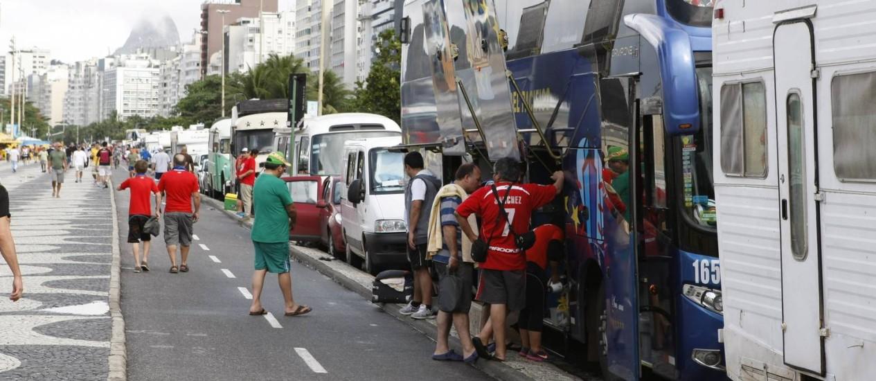 Chilenos estão concentrados no Leme: alguns vieram de ônibus Foto: Eduardo Naddar / Agência O Globo